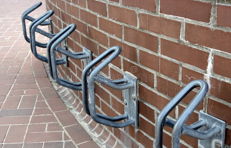 Cremalheiras de bicicleta do metal imagem de stock royalty free