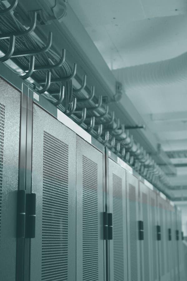 Cremalheiras de Datacenter e gerência aérea do cabo foto de stock