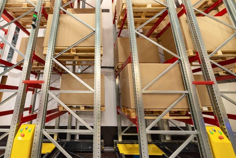 Cremalheiras do armazenamento do metal Nas prateleiras são as grandes caixas de cartão foto de stock royalty free