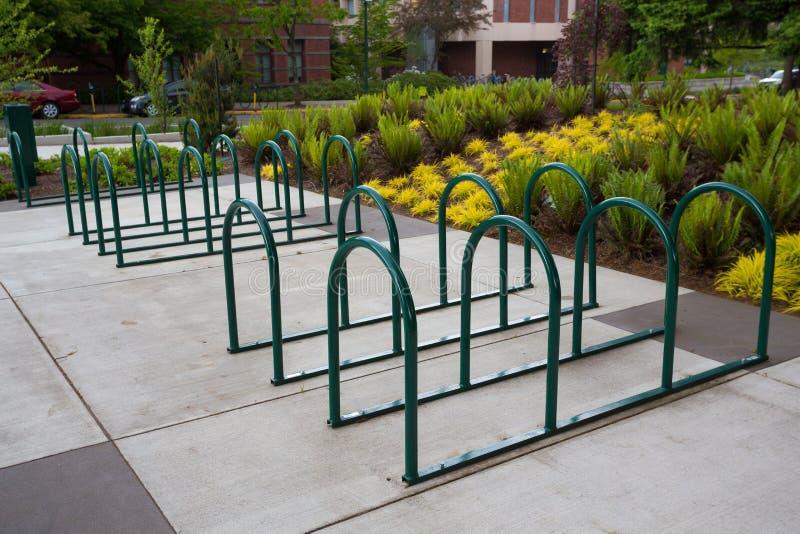 Cremalheiras vazias da bicicleta na escola imagem de stock
