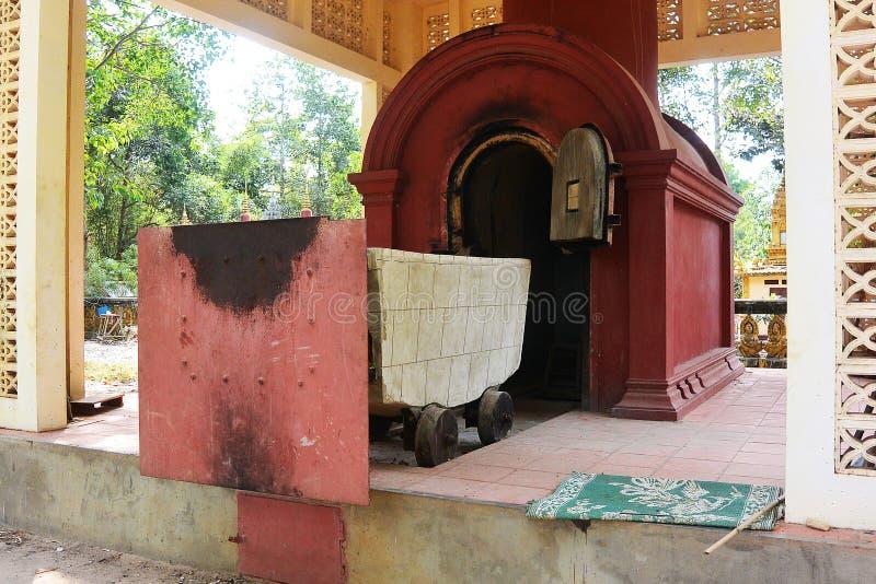 Crematório com carrinho para os mortos fotografia de stock royalty free