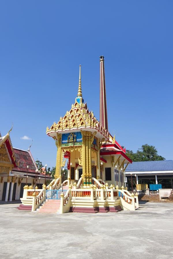 Crematório com fundo do céu azul no templo tailandês foto de stock