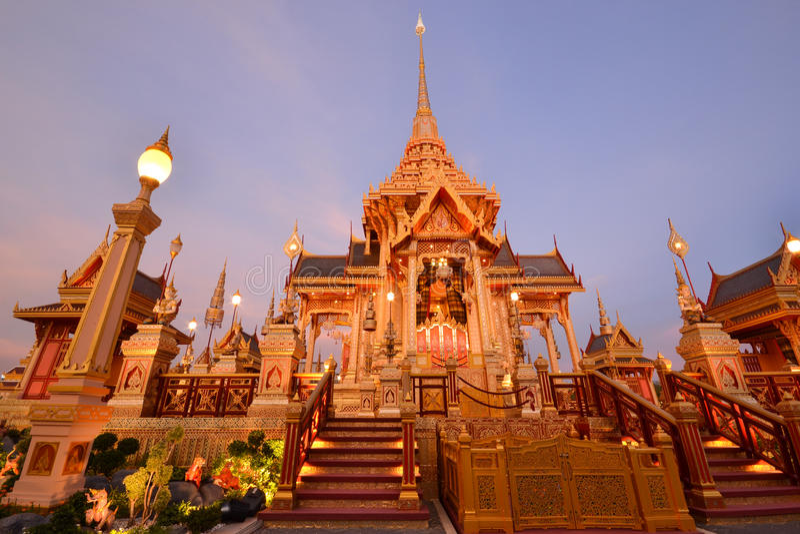 Crematorio real tailandés en crepúsculo imagen de archivo libre de regalías