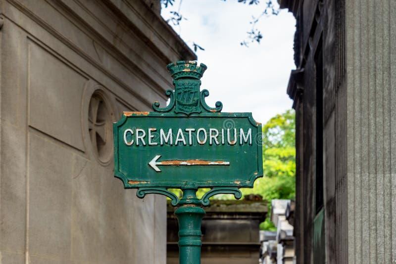Crematorium-skylt i Pere Lachaise Cemetery - Paris, Frankrike arkivbilder
