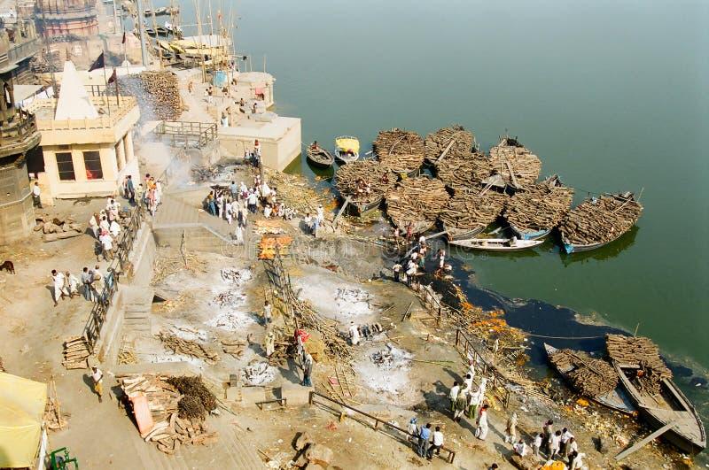 Cremazione Ghat, India di Varanasi fotografie stock libere da diritti