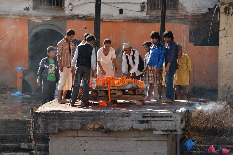 Cremazione umana in Pashupatinath, Nepal fotografie stock