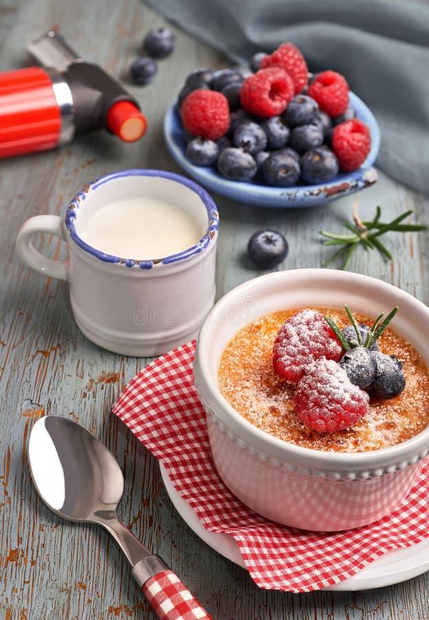 Creme brulee с поленикой, голубикой и розмариновым маслом с ingredi стоковые фотографии rf