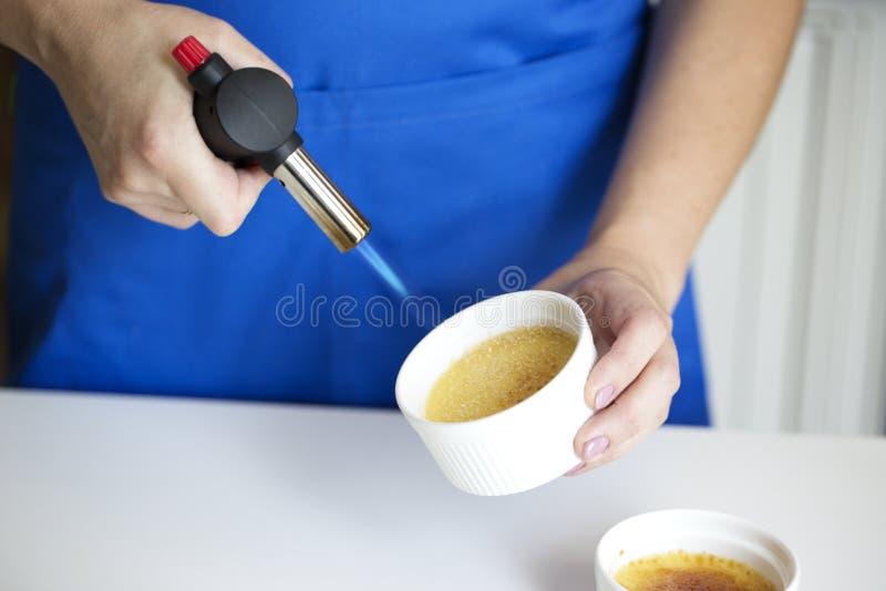 Creme Brulee deser Karmelizuje Używać pochodnię obrazy stock