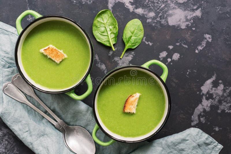 Creme da sopa com espinafres em um fundo rústico Vista superior, configuração lisa Sopa verde fotografia de stock