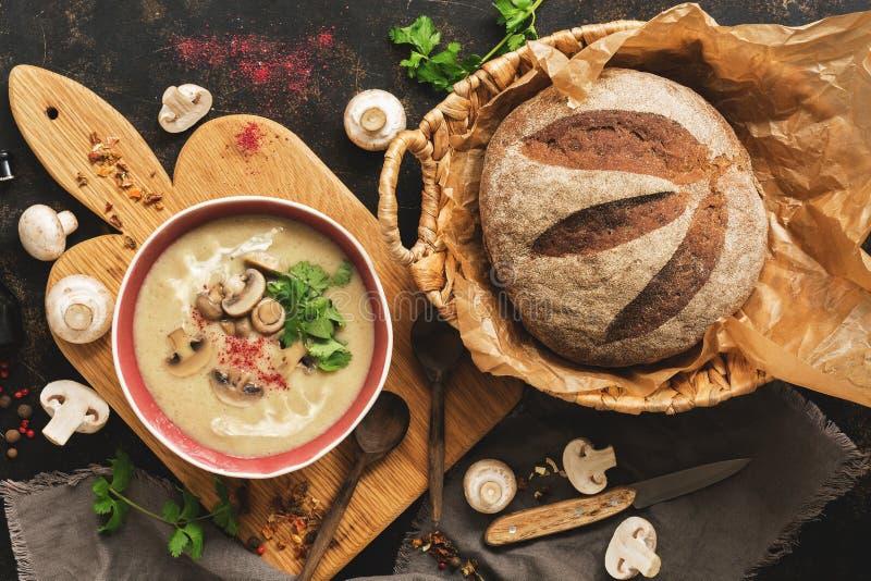 Creme de cogumelo com pão caseiro em um fundo rústico Sopa de aquecimento quente do inverno Vista superior, configuração lisa foto de stock royalty free