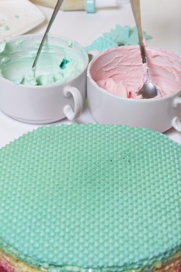 Creme de cores diferentes para decorar o bolo do waffle Bolos redondos da bolacha de cores diferentes Para fazer o bolo do waffle fotos de stock royalty free