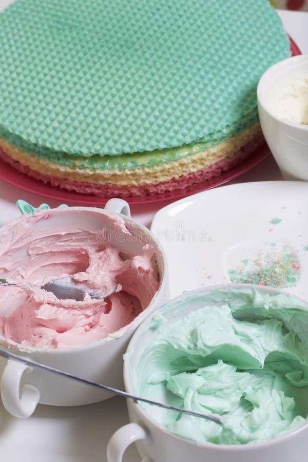 Creme de cores diferentes para decorar o bolo do waffle Bolos redondos da bolacha de cores diferentes Para fazer o bolo do waffle foto de stock royalty free