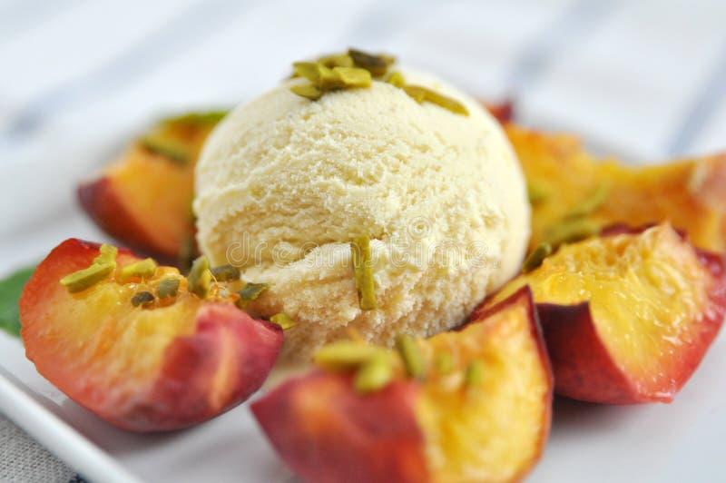 Creme de Vanilla Ice com pêssegos frescos imagens de stock royalty free