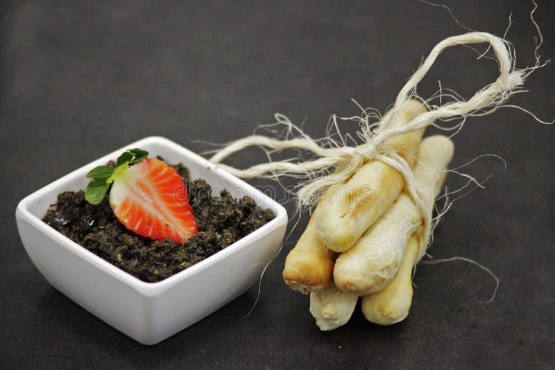 Creme der Olive mit Stücken, das Brot verbreiten lizenzfreie stockfotos