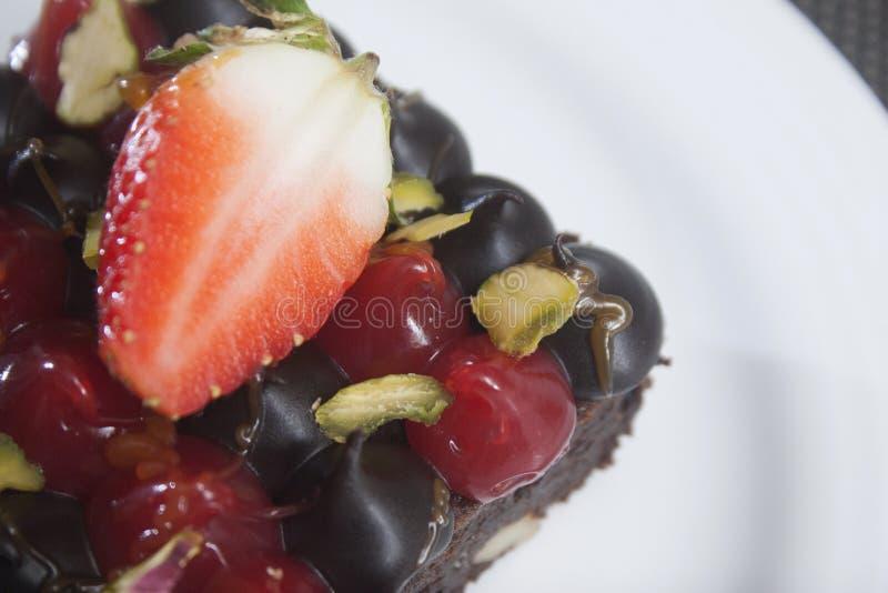 Creme fresco com a sobremesa da parte superior do chocolate e do fruto no vidro fotografia de stock