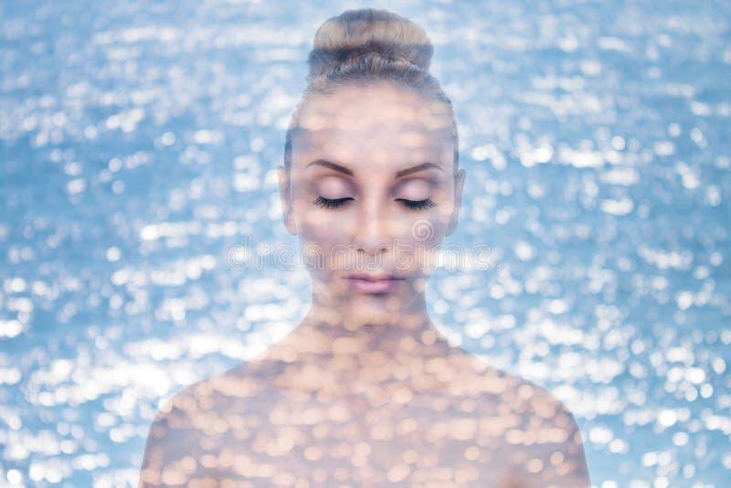 Creme hidratante da pele da mulher da exposição dobro imagens de stock royalty free