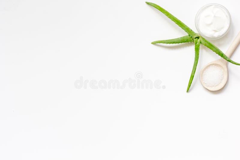 Download Creme Orgânico Com Aloés Na Opinião Superior Do Fundo Branco Imagem de Stock - Imagem de saudável, terapia: 80103131