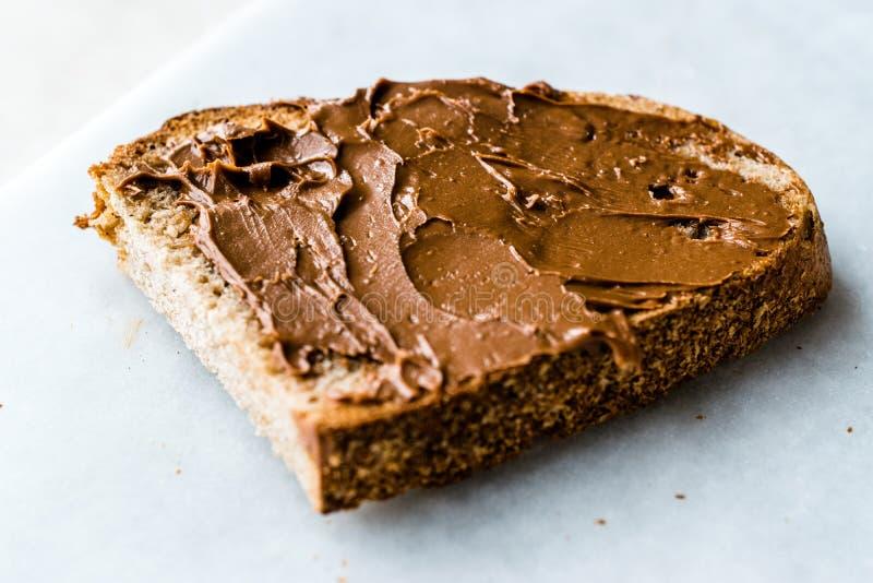 Creme orgânico cru da manteiga da amêndoa com pão foto de stock royalty free