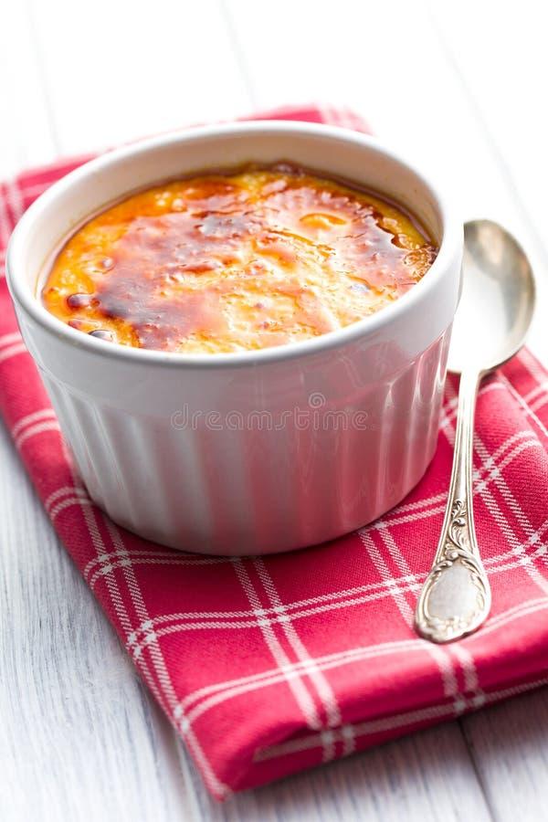 Creme puchar w ceramicznym pucharze obraz stock