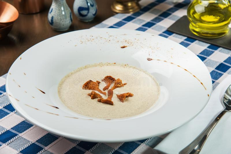 Creme-Suppe mit Pfifferlingspilzen stockbild