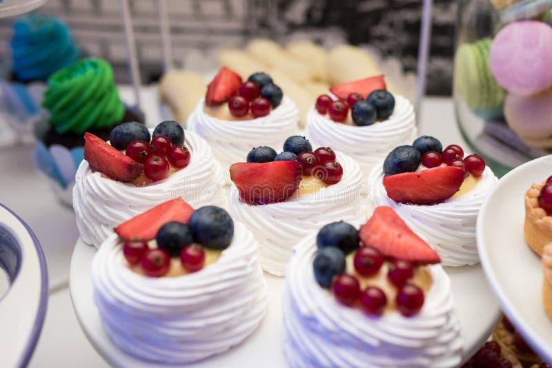 Creme- und Fruchtbonbons stockfotografie
