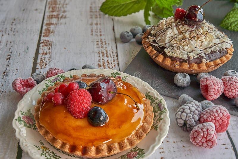 Creme- und Schokoladenkuchen mit Beeren stockfotos