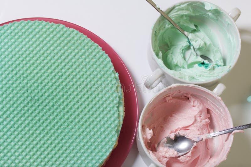 Creme von verschiedenen Farben für die Verzierung des Waffelkuchens Oblatekuchen von verschiedenen Farben Für die Herstellung des lizenzfreies stockbild