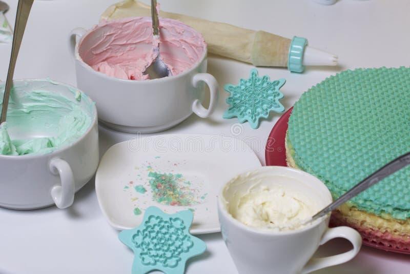 Creme von verschiedenen Farben für die Verzierung des Waffelkuchens Oblatekuchen von verschiedenen Farben Für die Herstellung des lizenzfreies stockfoto