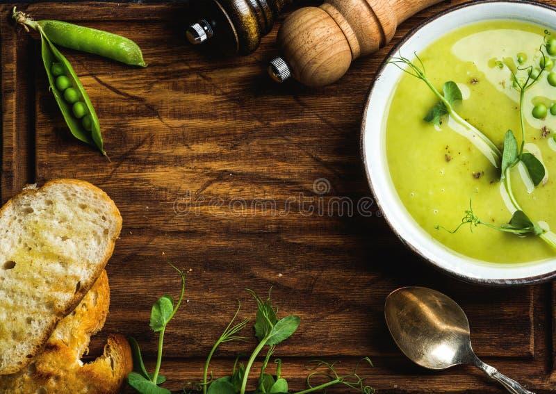 Cremesuppe der grünen Erbse auf hölzernem Hintergrund, Kopienraum lizenzfreies stockfoto