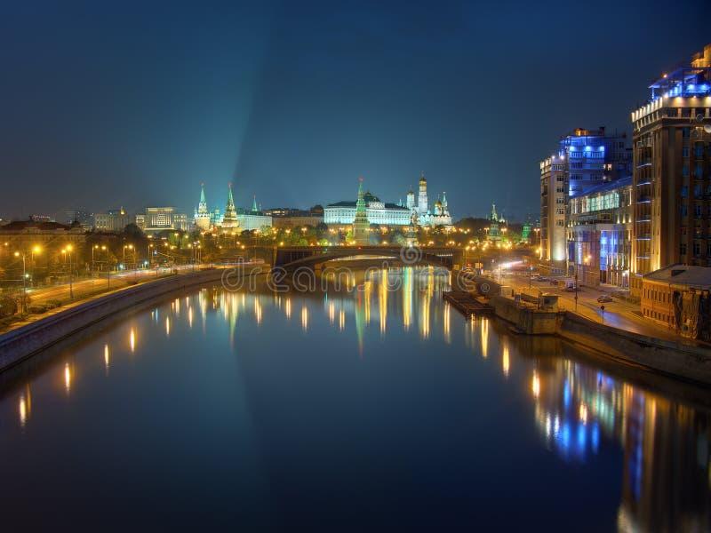 Cremlino di Mosca alla notte, vista dal ponte attraverso il fiume fotografie stock libere da diritti
