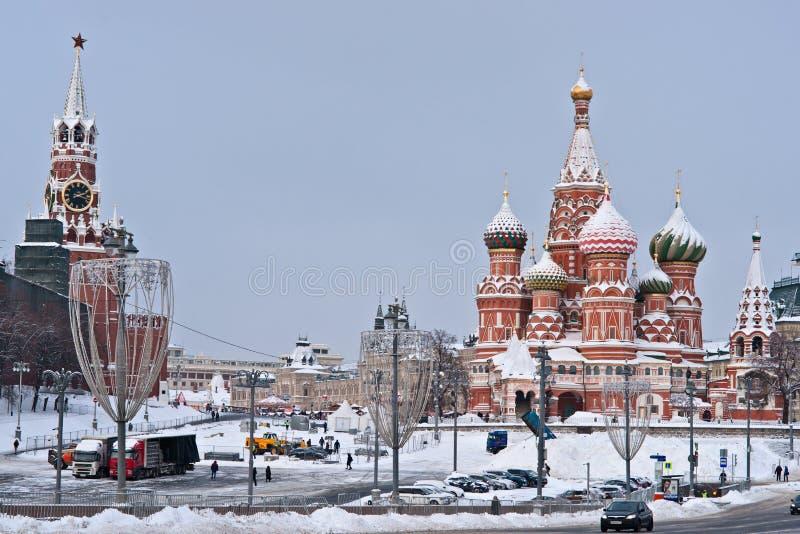 Cremlino di Mosca, cattedrale del basilico della st nell'inverno immagine stock libera da diritti