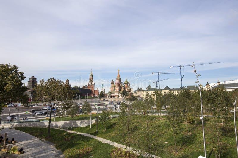 Cremlino di Mosca e cattedrale del basilico della st-- la vista dal nuovo parco di Zaryadye, parco urbano ha individuato vicino a immagini stock libere da diritti