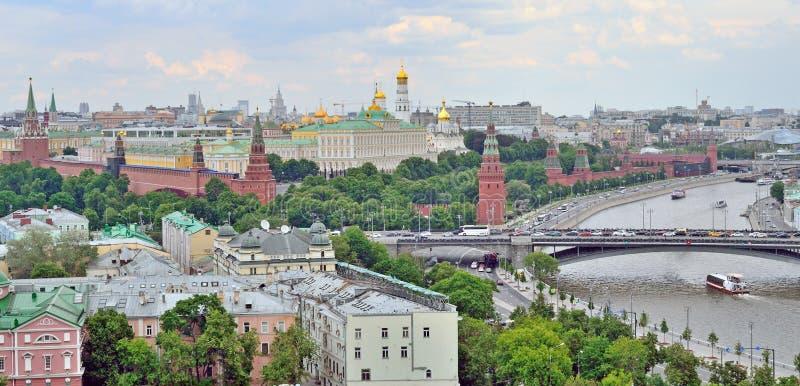 Cremlino di Mosca a Mosca, Russia, la riva dell'argine di Cremlino, vista superiore immagini stock
