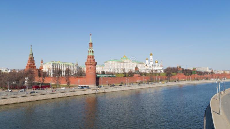 Cremlino di Mosca, vista attraverso il fiume di Mosca fotografia stock