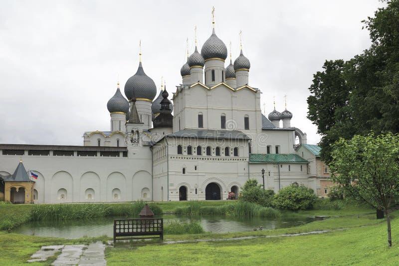 Cremlino di Rostov in tempo piovoso Anello di oro della Russia immagini stock