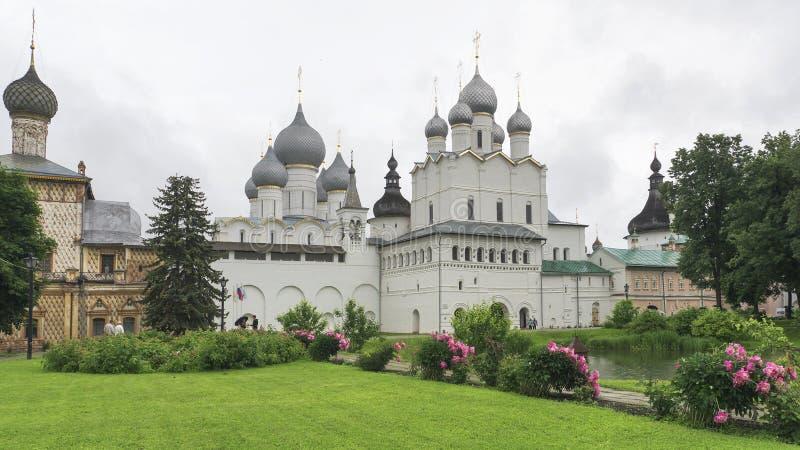 Cremlino di Rostov in tempo piovoso Anello di oro della Russia fotografia stock