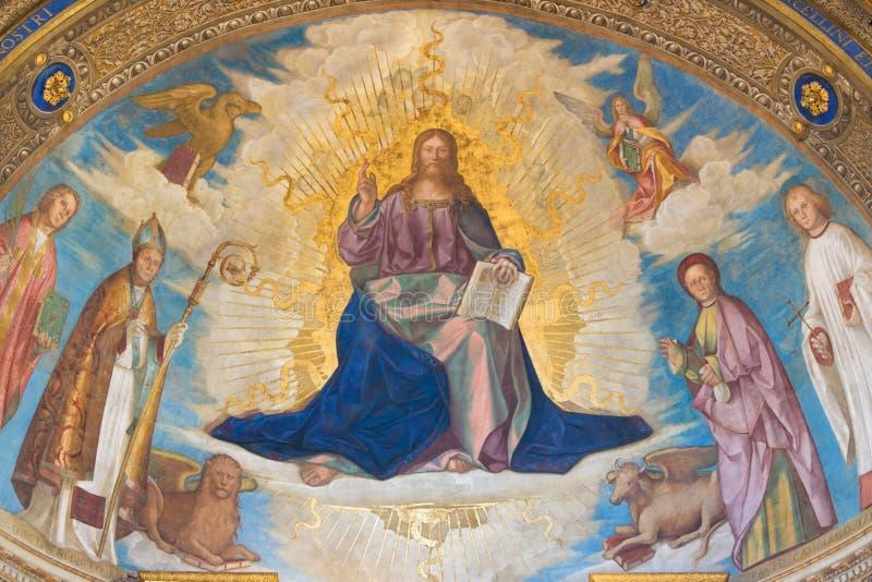 CREMONA: Fresko van Verlosser met de Patroonheiligen van Cremona in hoofdapsis in Kathedraal van Veronderstelling van Heilige Maa stock foto