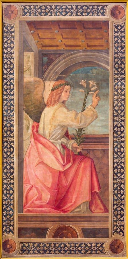 CREMONA, ITÁLIA - 25 DE MAIO DE 2016: Pintura de Gabriel Annunciation do arcanjo na catedral por Tommaso Aleni de 16 centavo fotos de stock royalty free