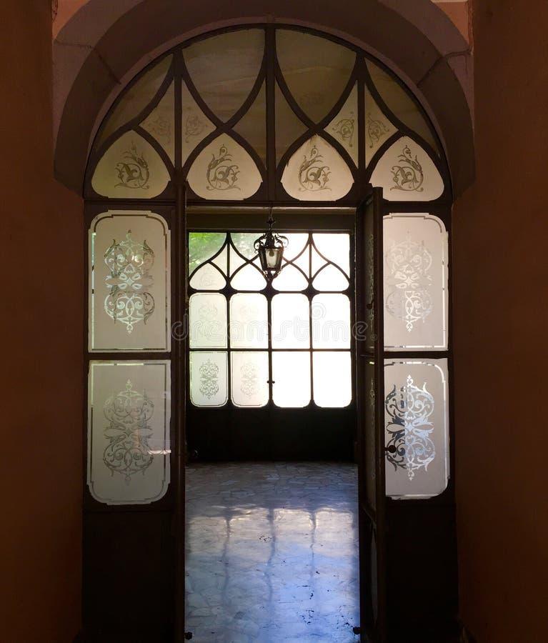 Cremona Itália, prédio de apartamentos antigo foto de stock royalty free