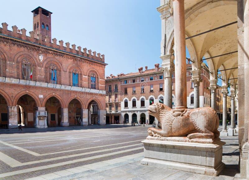 CREMONA, ITALIA, 2016: I leoni davanti al presupposto della cattedrale di vergine Maria e del Palazzo benedetti Coumnale fotografia stock