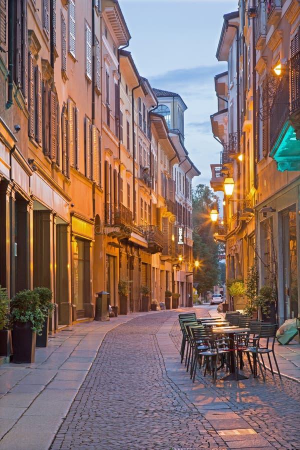 CREMONA, ITALIA, 2016: La via via Solverino nel crepuscolo di mattina immagine stock