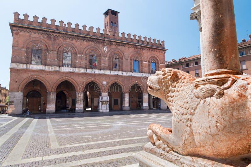 CREMONA, ITALIA - 24 MAGGIO 2016: I leoni davanti al presupposto della cattedrale di vergine Maria e del Palazzo benedetti Coumna fotografia stock libera da diritti
