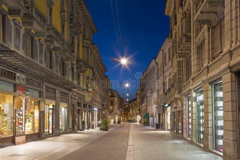 CREMONA, ITALIA - 24 MAGGIO 2016: La via di vecchia città nel crepuscolo di mattina fotografie stock