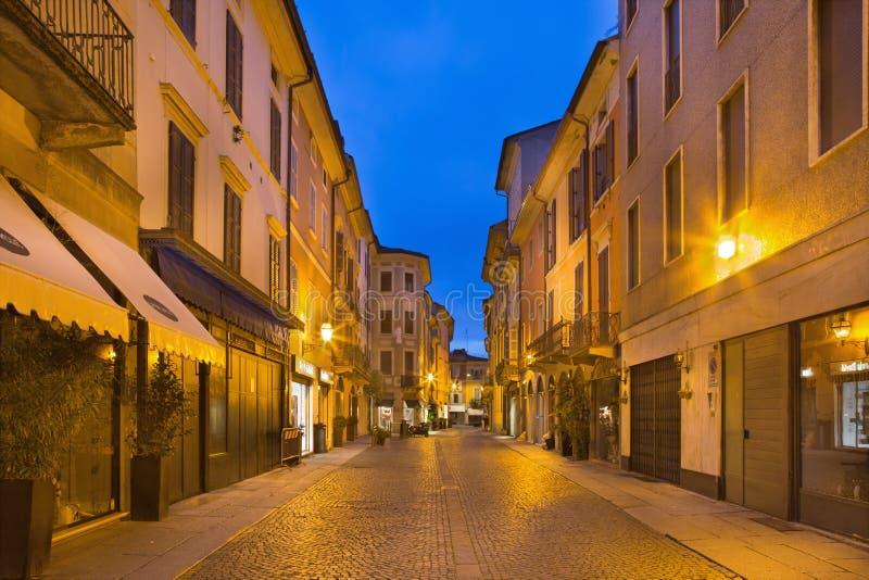 CREMONA, ITALIA - 24 MAGGIO 2016: La via di vecchia città nel crepuscolo di mattina immagine stock libera da diritti
