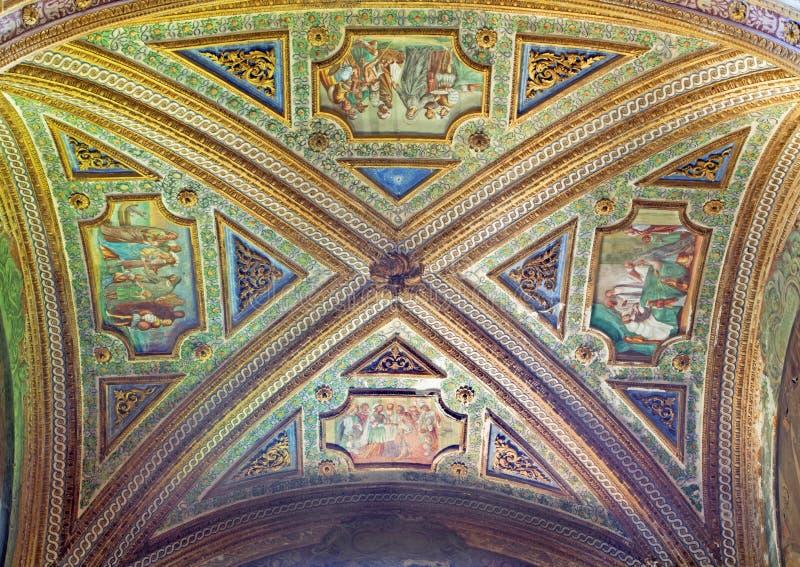 CREMONA ITALIEN, 2016: Freskomålningen på waulten av sidokapellet i den San Sigismondo kyrkan royaltyfria foton