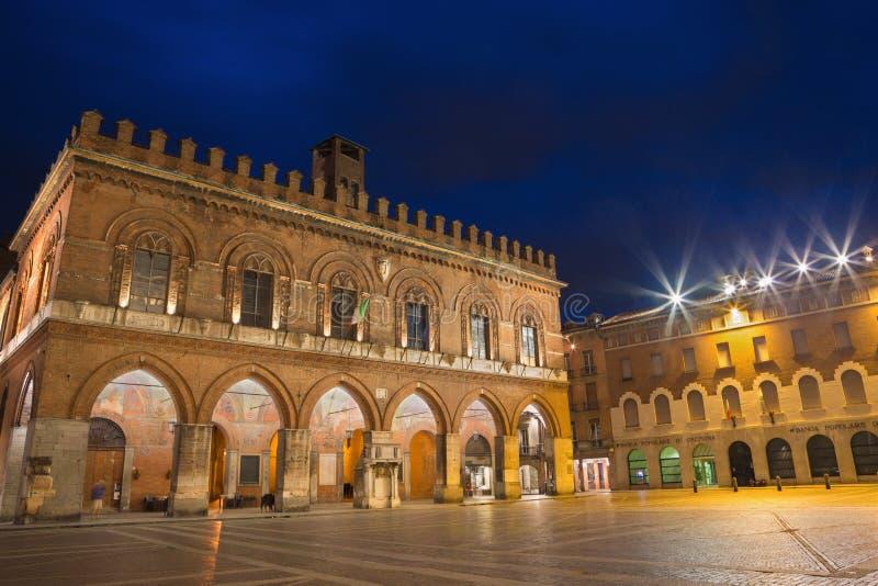 CREMONA ITALIEN - MAJ 23, 2016: Slotten Palazzo Coumnale på skymning royaltyfri foto