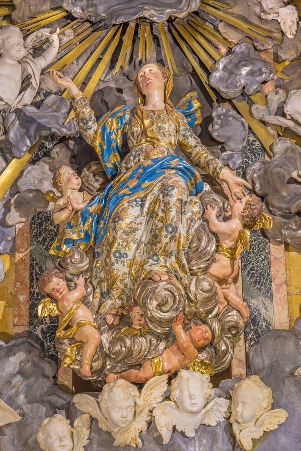 CREMONA ITALIEN, 2016: Statyn av antagandet i domkyrkan av Giuseppe Chiari royaltyfri bild
