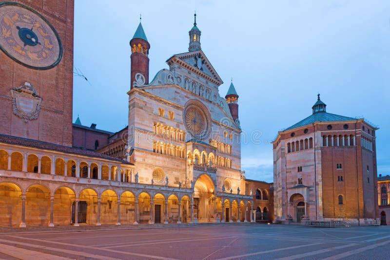 Cremona - katedralny wniebowzięcie Błogosławiony maryja dziewica i Baptistery przy półmrokiem obraz royalty free