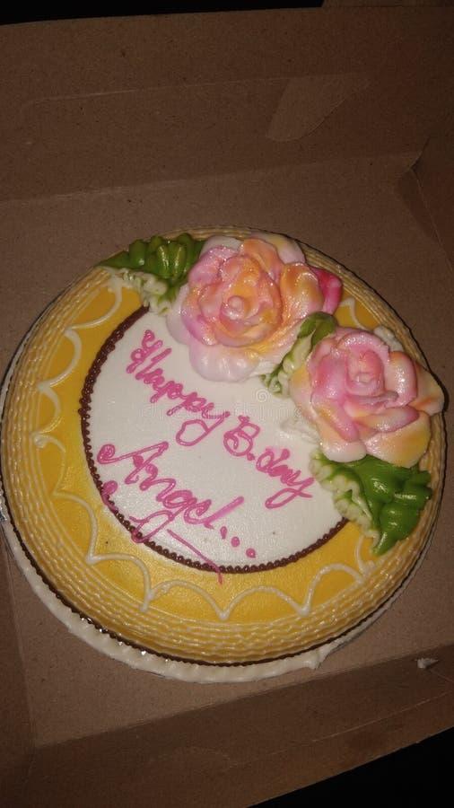 Cremoso giallo e bianco della torta di compleanno immagine stock libera da diritti