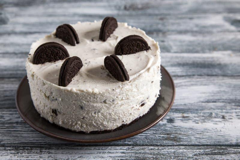 Cremoso não para cozer o bolo de queijo com cookies do chocolate bolo do biscoito do oreo imagem de stock royalty free